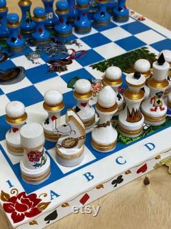 Alice, le chapelier et le chat du Cheshire. Alice au pays des merveilles. Un jeu d échecs peint à la main en bois sur mesure.