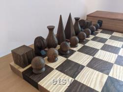 Échecs géométriques abstraits en bois faits à la main mis dans la poitrine de chêne.