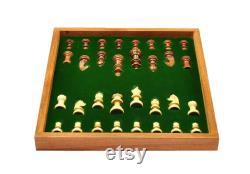 Indian Handicrafts Folding Sheesham Jeu d échecs en bois avec planche magnatique et pièces d échecs sculptées à la main 10 x 10 pouces Cadeau de Noël