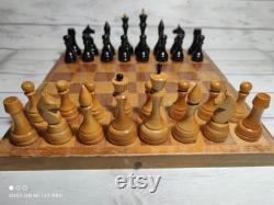 Jeu d échecs soviétiques en bois années 70 vintage en bon état.