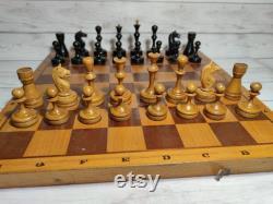 Les échecs soviétiques en bois ont placé le millésime des années 60 en très bon état