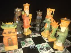 vintage années 1960 Chinois 8 Immortels Sculpté à la main et Peint En bois Figural Chess Set